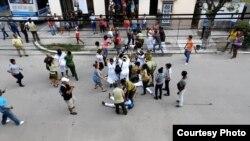Mujeres uniformadas arrestan con violencia a Damas de Blanco en Lawton, La Habana. (Foto: Angel Moya)