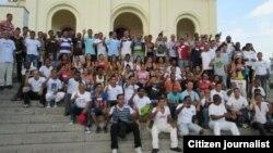 Miembros de la UNPACU posan ante la Basílica Santuario Nacional de Nuestra Señora de la Caridad del Cobre en 2013.