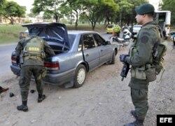 Miembros de la Unidades de la Policía Nacional Colombiana realizan retenes y requisas. Foto de archivo.