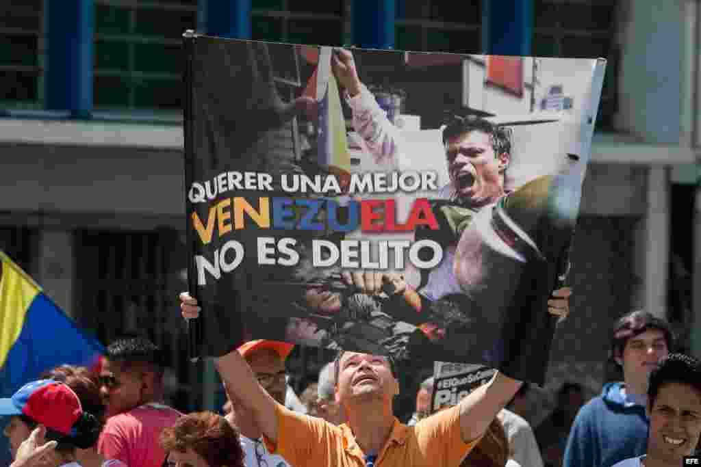 Un hombre sostiene un afiche del líder opositor venezolano Leopoldo López hoy, viernes 4 de septiembre de 2015, afuera del Palacio de Justicia en Caracas. EFE