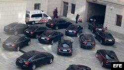 Vehículos en los que viajan los delegados a su salida del Gran Palacio del Pueblo, tras asistir a la ceremonia de apertura del XVIII Congreso del Partido Comunista de China (CPC), en Pekín, China, el jueves 8 de noviembre de 2012.