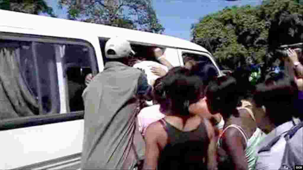 Damas de Blanco son obligadas a entrar a un auto por agentes de la seguridad del estado (foto tomada de video)