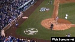 Yoenis Céspedes anotó en el sexto inning la carrera decisiva frente a los Cachorros de Chicago.