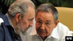 Fotografía de archivo de los hermanos Fidel y Raúl Castro.