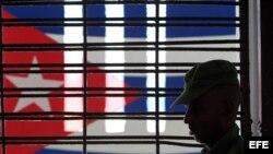 Un militar cubano custodia el pasillo de una prisión en Cuba. (Foto: Archivo EFE)