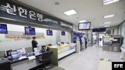 Sucursal del banco Shinhan permanece vacío durante un día en el que la red informática del banco se ha congelado en Incheon (Corea del Sur).