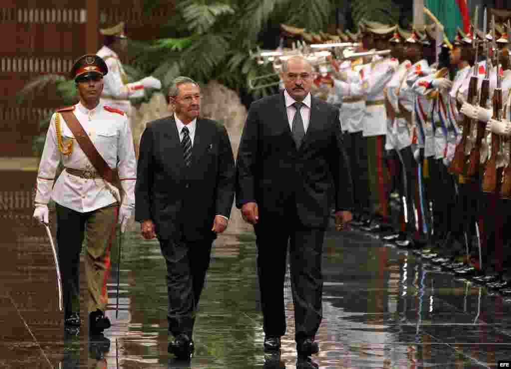 Alexandr Lukashenko (c), y su homólogo cubano, Raúl Castro (2i).