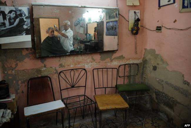 Una barbería en La Habana.