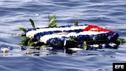 Archivo. Flores al mar en el límite de aguas territoriales cubanas, en homenaje a las víctimas del derribo de las dos avionetas de Hermanos al Rescate Hermanos.