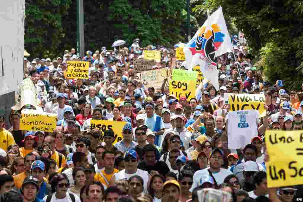 Estudiantes opositores al Gobierno y profesores universitarios protestan hoy, sábado 29 de junio de 2013, en Caracas (Venezuela).