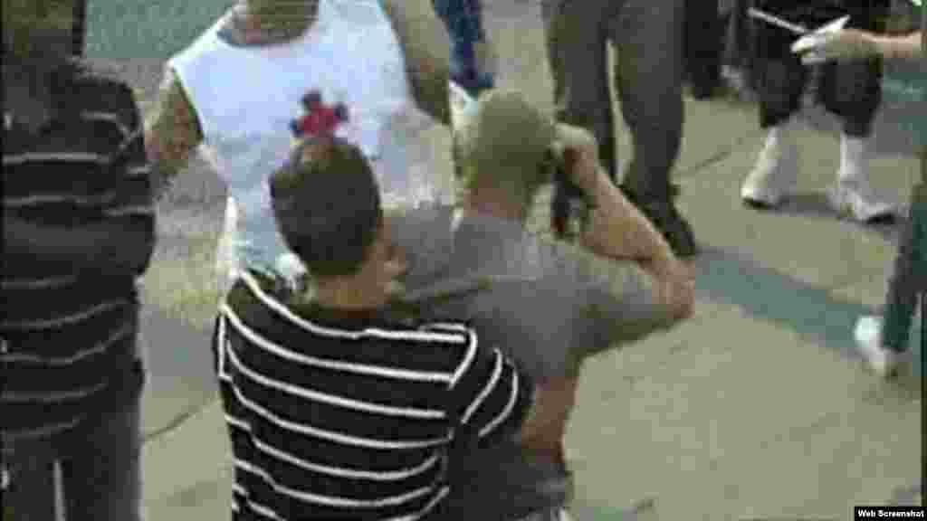 Persona con traje de salvamento (Cruz Roja) se acerca a opositor/ foto cortesía de video RCN TV