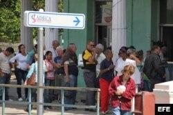 Un grupo de personas hace cola en una caja de cambios de la Habana.