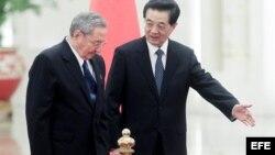 Raúl Castro acaba de visitar China y según se ha dicho regresa con las manos llenas, lo que no se sabe es con cuánto ni hasta cuándo.