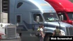 Los cubanos a cargo del camión están bajo custodia por sospecha de tráfico humano.