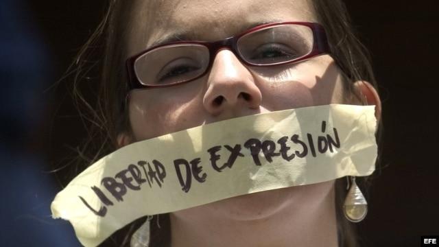 Archivo - Una mujer protesta en Caracas (Venezuela) frente a la sede de la Comisión Nacional de Telecomunicaciones (CONATEL).