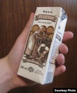 Envase de ron Planchao fabricado por Rio Zaza, empresa del chileno Max Marambio, acusado de corrupción en Cuba.