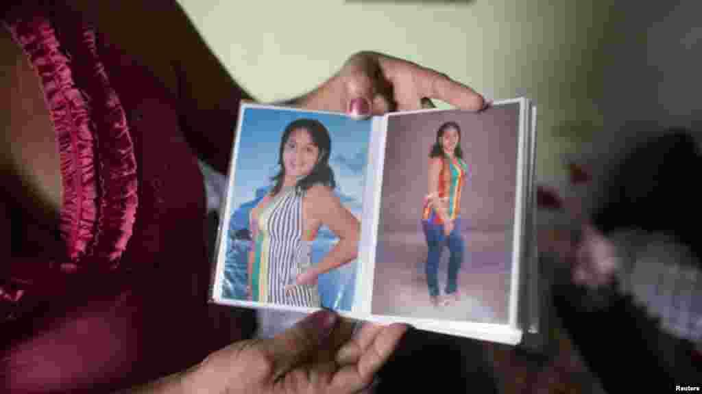 La enfermera cubana Niurka Aguilar de la Paz tiene fotos de su hija Maylin Perez Aguilar, quien sobrevivió más de tres semanas perdida en el mar mientras intentaba llegar a Honduras en un bote improvisado, con el objetivo de continuar por tierra a Estados Unidos.