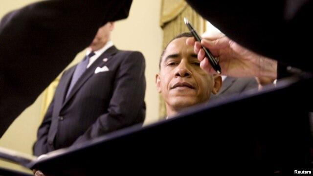 El presidente Obama a punto de firmar una orden.