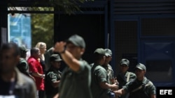 Soldados de la Guardia Nacional vigilan las elecciones.