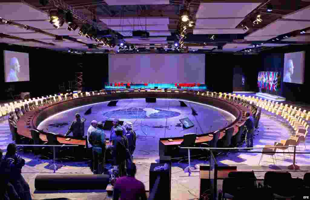Trabajos en el salón principal de Pabexpo, sede de la II Cumbre de la CELAC.