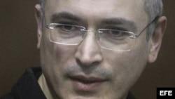 Fotografía de archivo tomada el 28 de diciembre de 2010 que muestra al empresario ruso Mijail Jodorkovsky en el juzgado de Khamovnichesky en Moscú (Rusia).