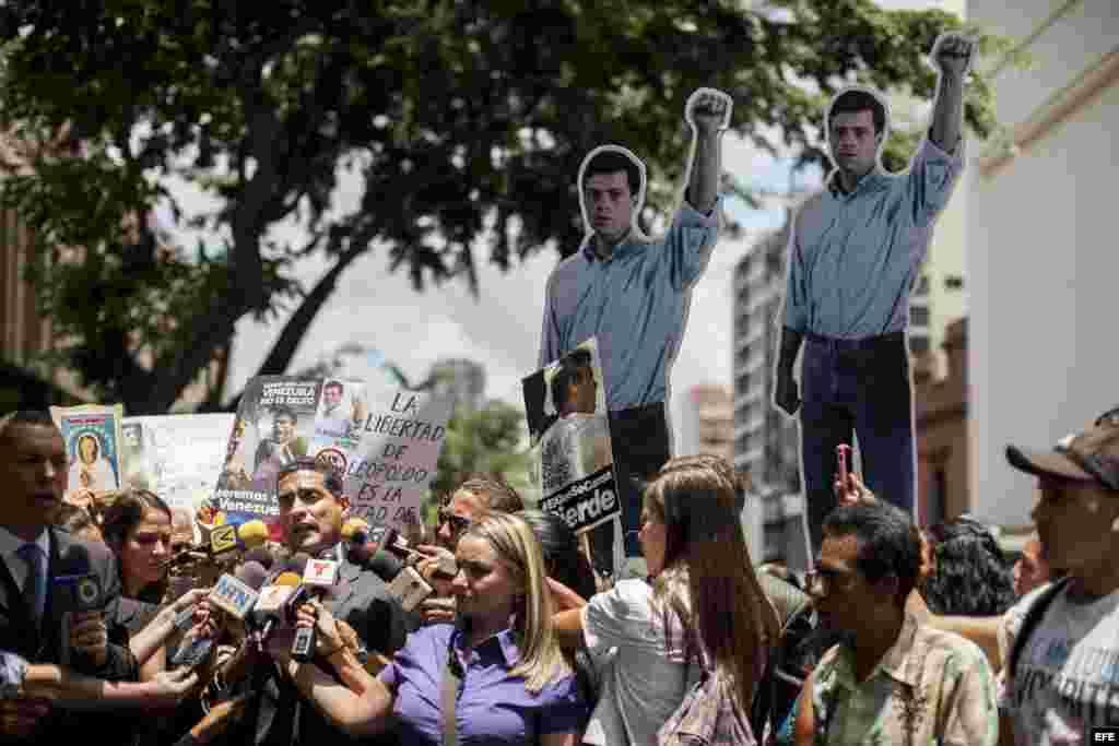 Juan Carlos Gutiérrez (i), abogado del dirigente politico opositor Leopoldo López ofrece declaraciones ante la prensa en las inmediaciones del Palacio de Justicia.