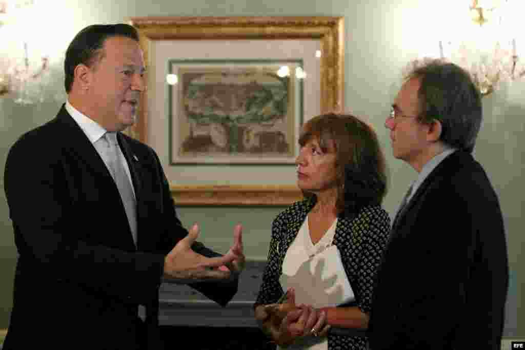 El presidente de Panamá, Juan Carlos Varela (i), conversa con los periodistas de Efe, Pilar Valero y Jesús García Becerril (d), de EFE.