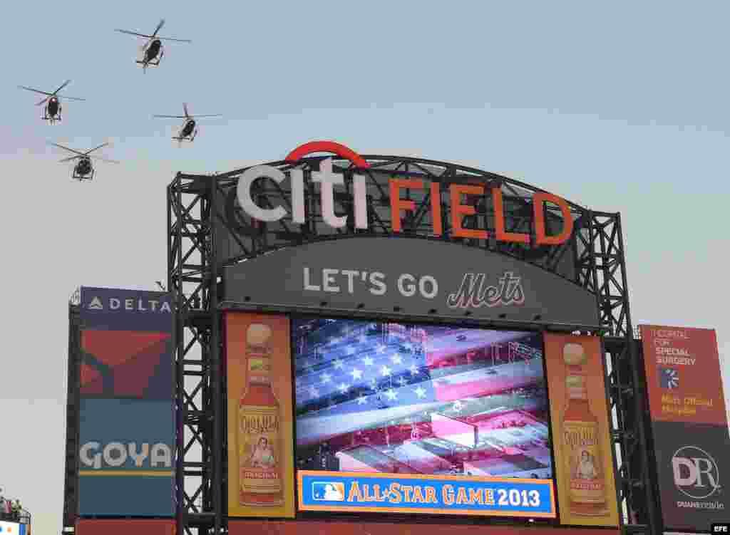 Una formación de helicópteros sobrevuela el campo antes del inicio del Juego de las Estrellas de las Grandes Ligas en el Citi Field en Flushing, Nueva York (EE.UU.).