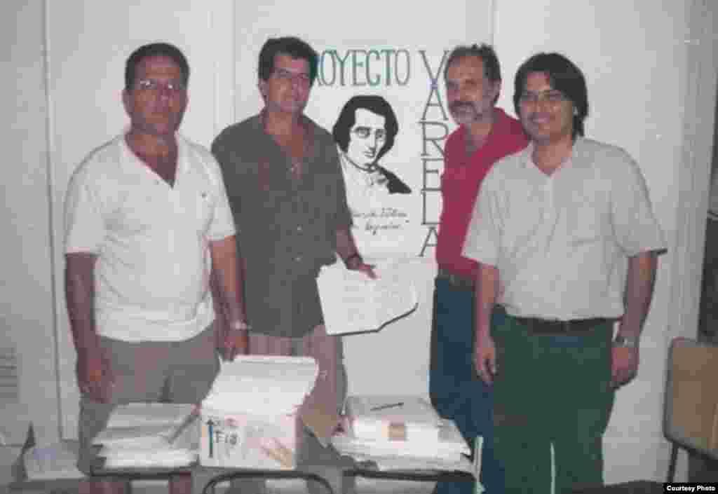 Consejo Coordinador del Movimiento Cristiano Liberación en su sede en La Habana, la casa de Josefina Payá, un día antes de entregar las firmas del Proyecto Varela en 2002. De izq a der: Tony Díaz, Oswaldo Payá, Miguel Saludes y Regis Iglesias.