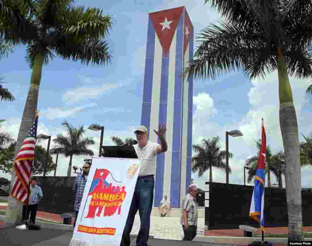 Se reunieron en el Memorial Cubano, ubicado junto a la Universidad Internacional de Florida (FIU).