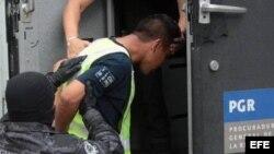 Policías federales conducen al máximo líder de Guerreros Unidos, Sidronio Casarrubias Salgado.
