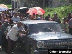 Dolientes empujando un carro fúnebre en Cabañas, Artemisa. Foto: Moisés L. Rodríguez.