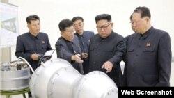 El gobernante norcoreano Kim Jong Un examina la bomba de hidrógeno.