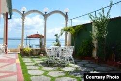 Terraza de una casa particular con vista a la Bahía de Cienfuegos.