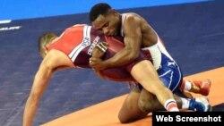 El luchador cubano Yowlys Bonne Rodríguez (d) derrotó al estadounidense Anthony Joseph Ramos (i).