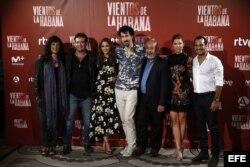 """El director de """"Vientos de la Habana"""", Félix Viscarret, junto a Padura y los protagonistas del filme."""