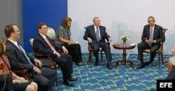 Raúl Castro con Obama y su hijo Alejandro (1-i).