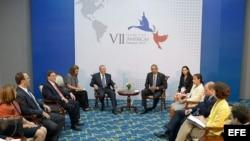 Reunión entre el presidente de EEUU Barack Obama y el mandatario cubano, Raúl Castro.