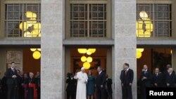 El intercambio de regalos de Benedicto XVI y Raúl Castro