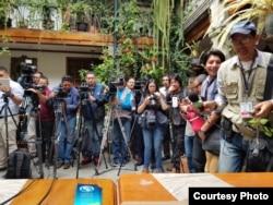 Varios medios de prensa cubrieron la conferencia de Valladares y Feraud en Quito este martes.