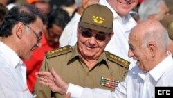 Archivo - José ramón Machado (d), saluda al entonces ministro de Energía Eléctrica de Venezuela, Alí Rodríguez (i), en presencia de Raúl Castro (c).