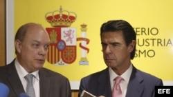 El ministro de Comercio Exterior de Cuba, Rodrigo Malmierca, y el ministro de Industria de España, José Manuel Soria (i-d), hacen declaraciones a la prensa después de la reunión que han mantenido hoy en Madrid. Efe/Kiko Huesca.