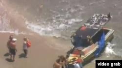 Los balseros cubanos rescatados cerca de Boca Ratón. (Captura de imagen/Telemundo 51)