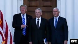 Donald Trump posa junto a General James Mattis (centro) y el vicepresidente electo Mike Pence en el Trump International Golf Club.