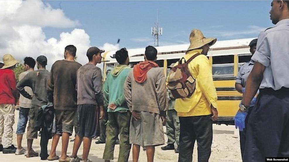 Migrantes cubanos arrestados en Bahamas.