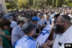 MIles de israelíes participan en los funerales de los jóvenes asesinados