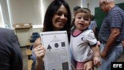 Valerie Rodríguez, acompañada de su hijo Charles, asiste a votar en el plebiscito sobre el estatus de Puerto Rico.