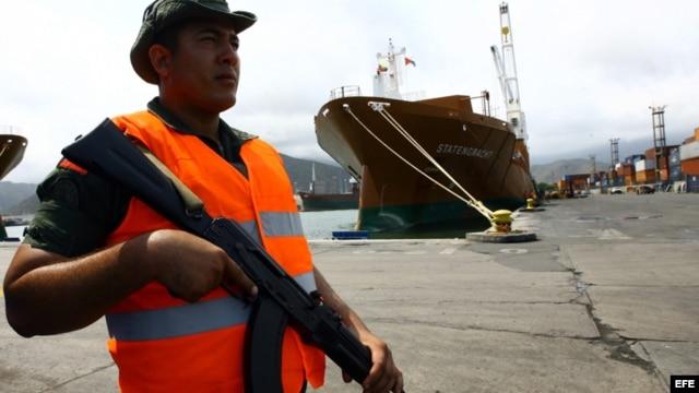 Un soldado custodia uno de los muelles en Puerto Cabello tras ser nacionalizado por el gobierno.