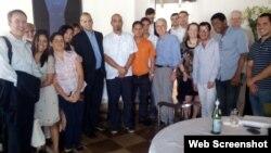 Daniel Sepúlveda (centro, con traje negro), junto a blogueros cubanos en La Habana durante una visita anterior a la isla.