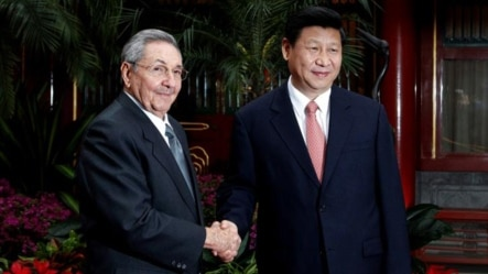 Raúl Castro (izq) y el presidente chino Xi Jinping.
